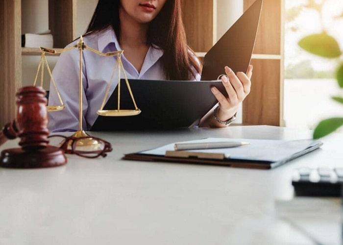 در انتخاب یک وکیل خوب از قدرت گفتار و مطلع بودن از قوانین متقاعد سازی او، نباید غافل شد